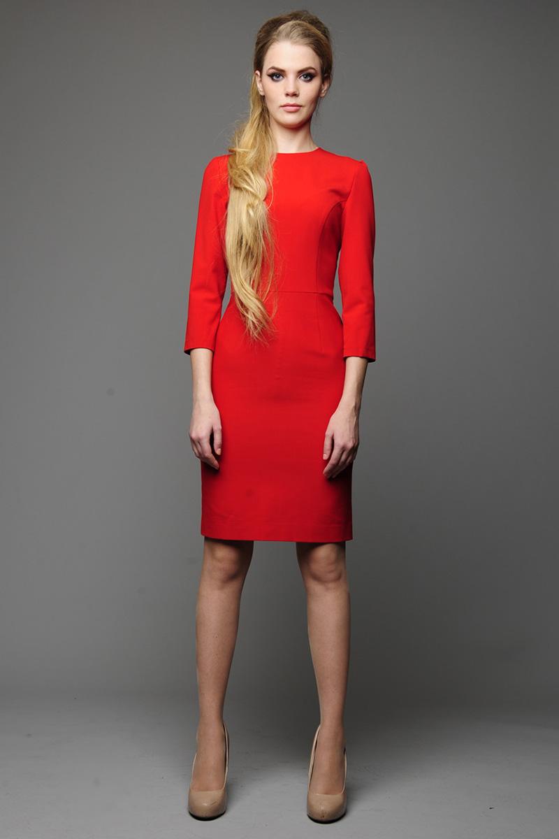 Фото: красное платье футляр с бежевыми туфлями