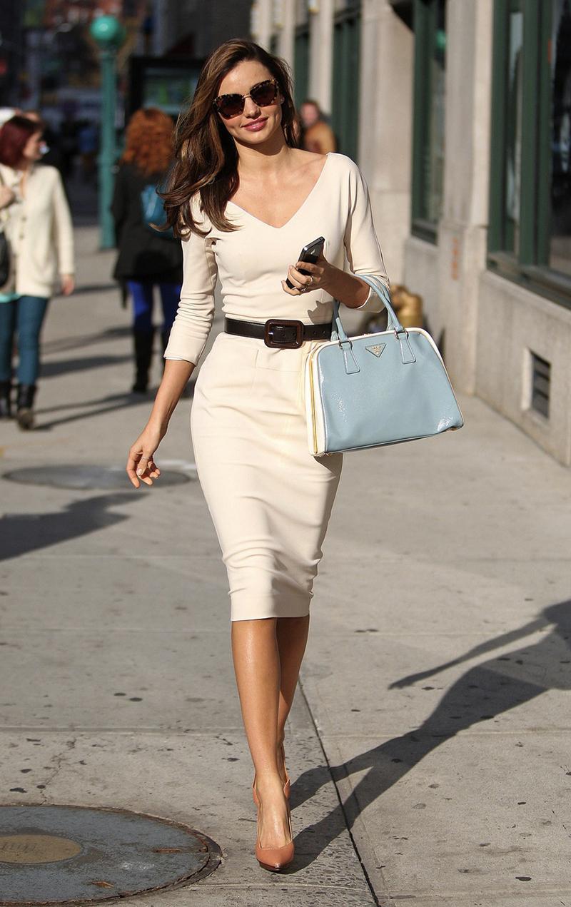 Белое платье футляр - – фото новинка сезона