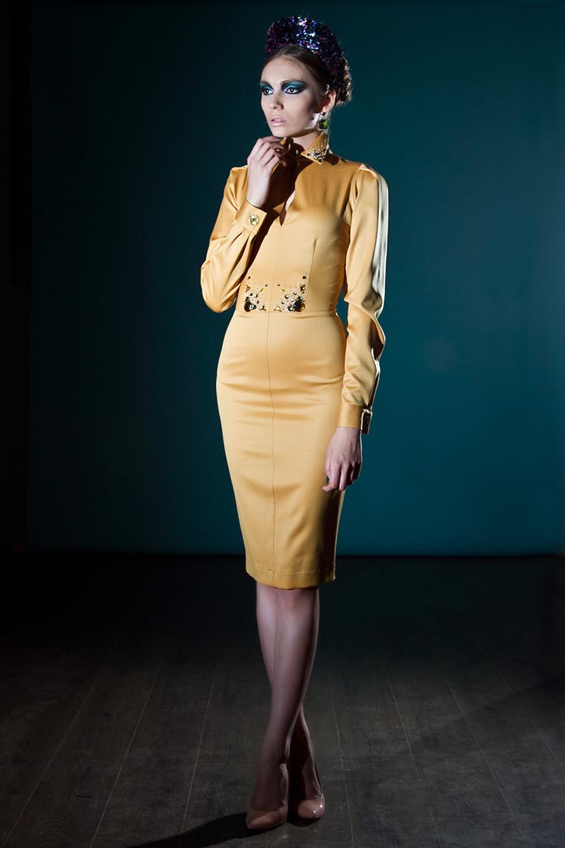 Желтое платье футляр с длинным рукавом