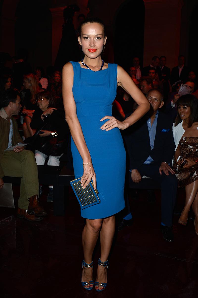 Голубое платье футляр – фото новинка сезона