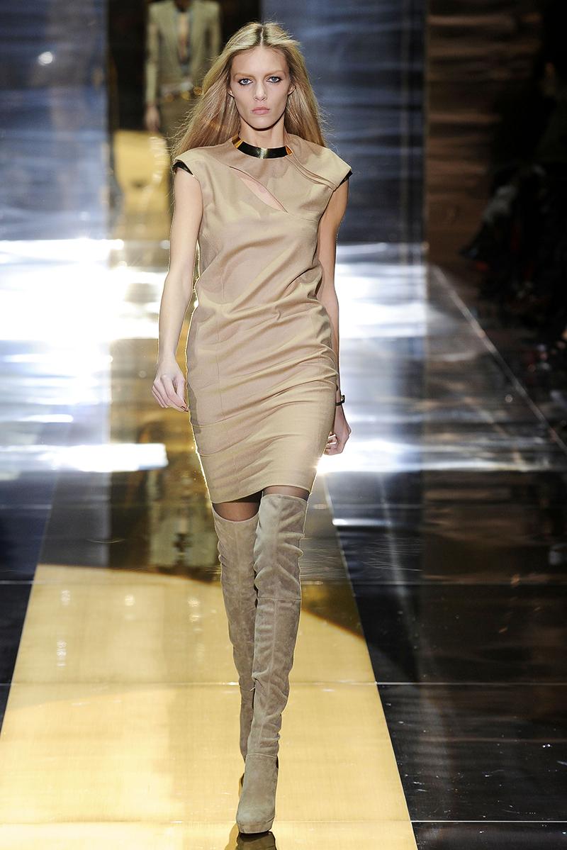Бежевое платье футляр с длинными сапогами