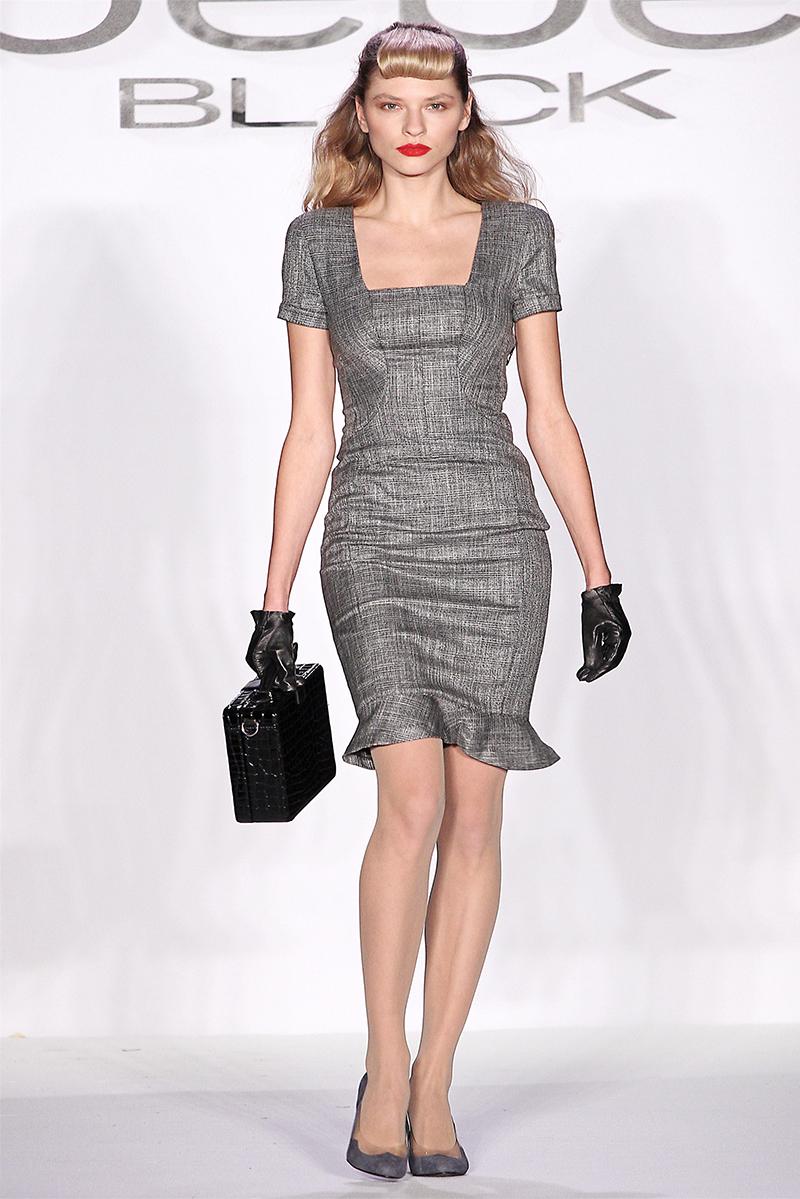 Серое модное платье футляр