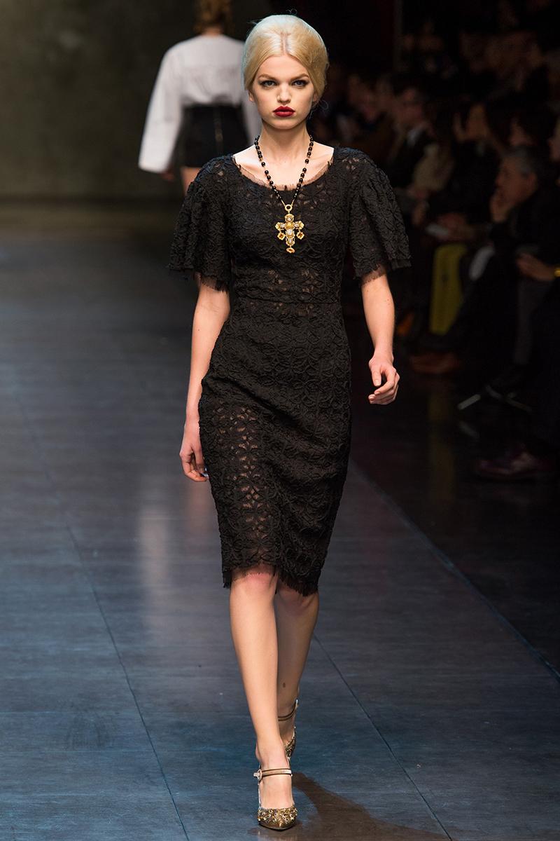 Модное кружевное платье футляр – фото новинка сезона