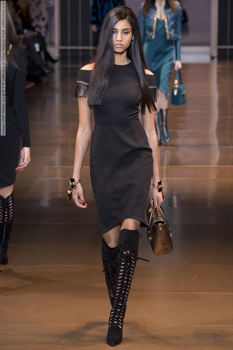 Фото: модное платье футляр с бахромой на рукавах