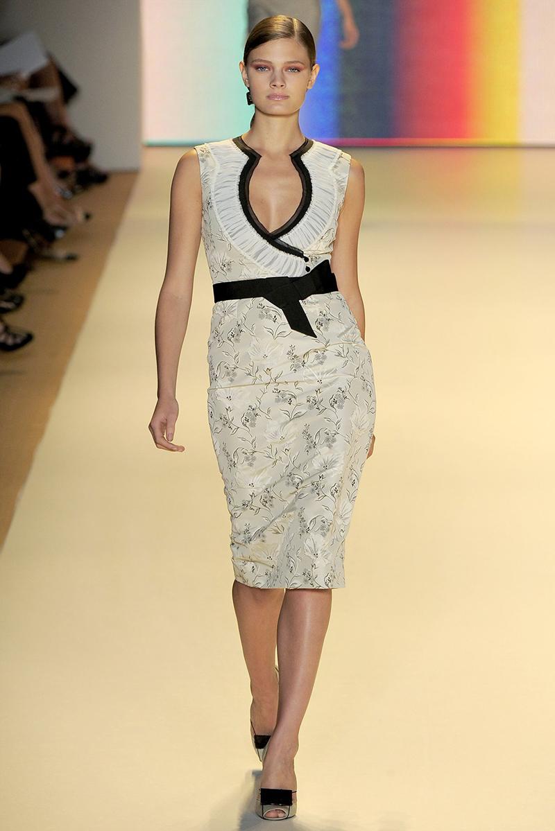 Модное платье футляр с цветочным узором
