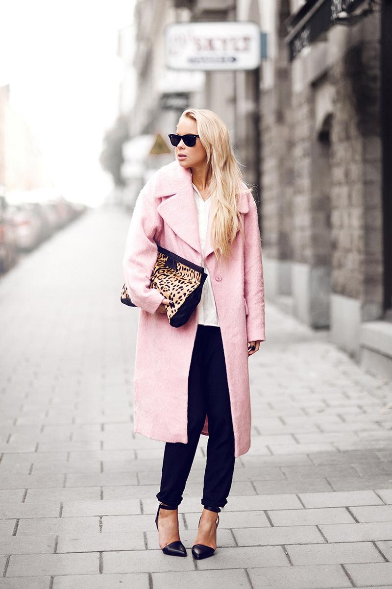 Нежно-розовое модное женское пальто – фото новинка сезона