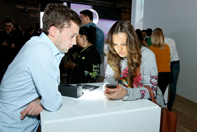 Презентация YotaPhone - первого в мире смартфона с двумя