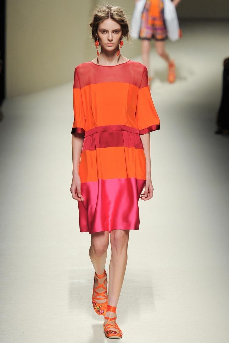 Красное модное платье в полоску — фото новинка от Alberta Ferretti