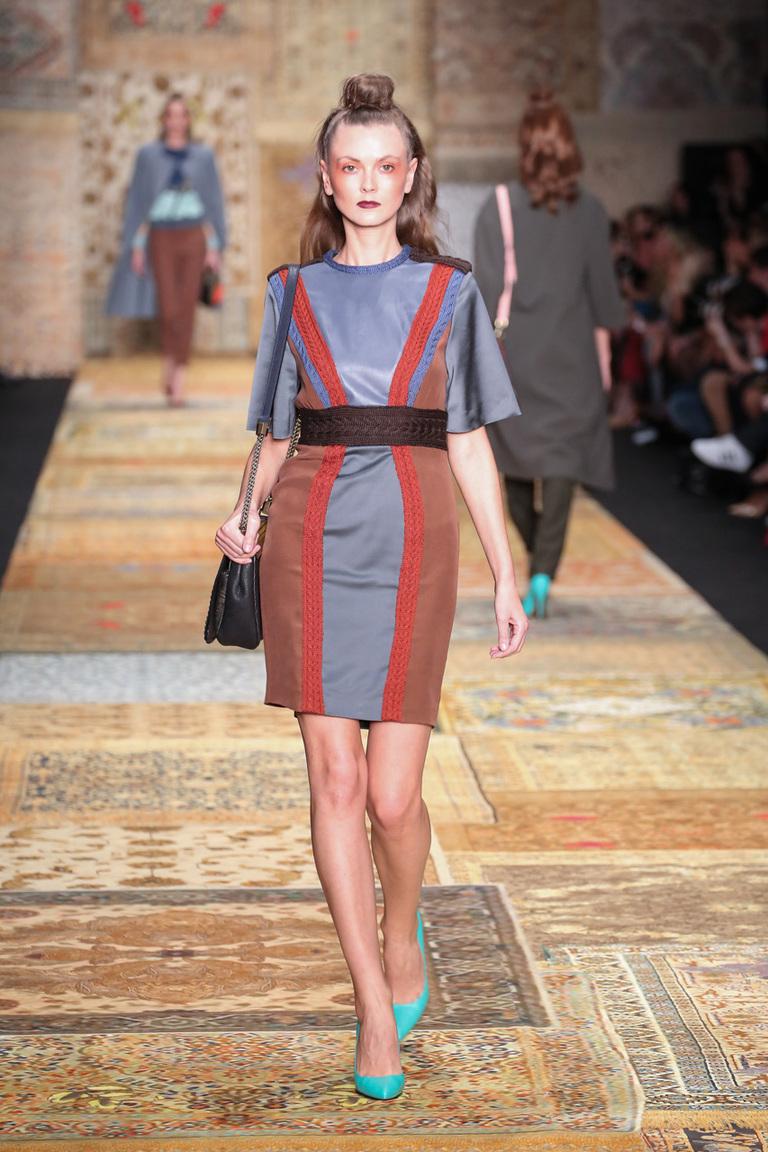 Фото модного короткого приталенного платья — Alena Akhmadullina