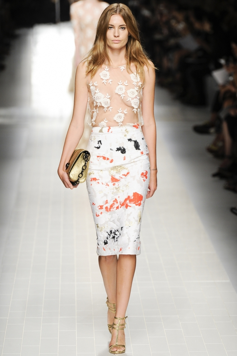 Фото — модная белая юбка карандаш Blumarine