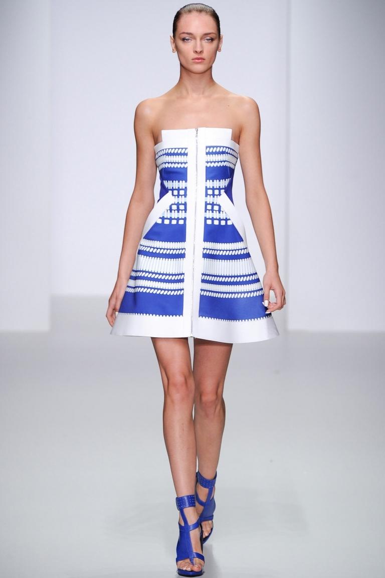 Сине-белое платье на молнии без бретелек – фото новинка от David Koma