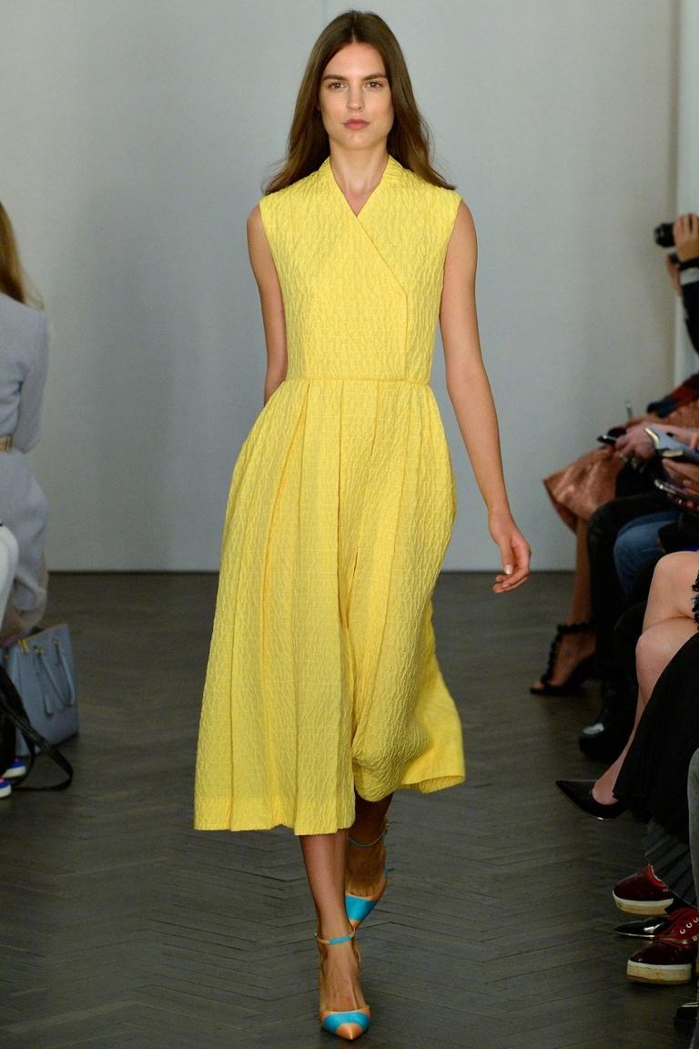 Длинное желтое модное платье — Emilia Wickstead весна-лето