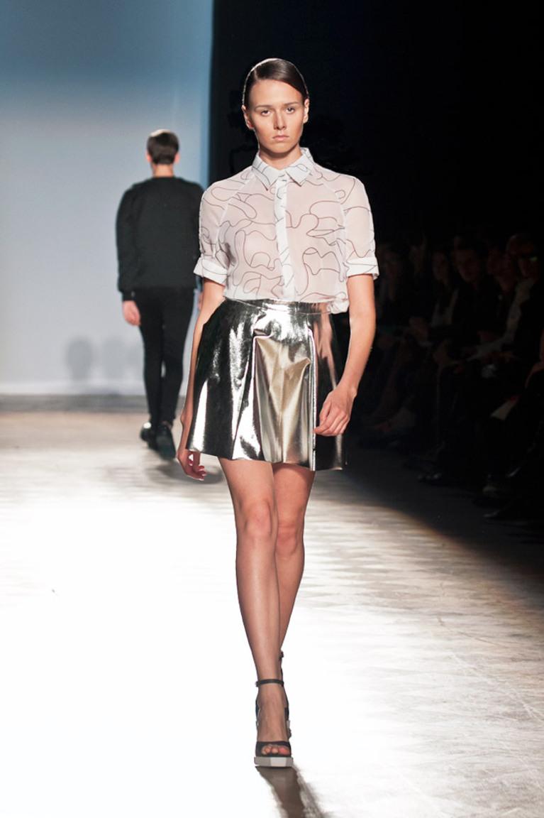 Короткая серебристая модная юбка — фото Ksenia Schnaider