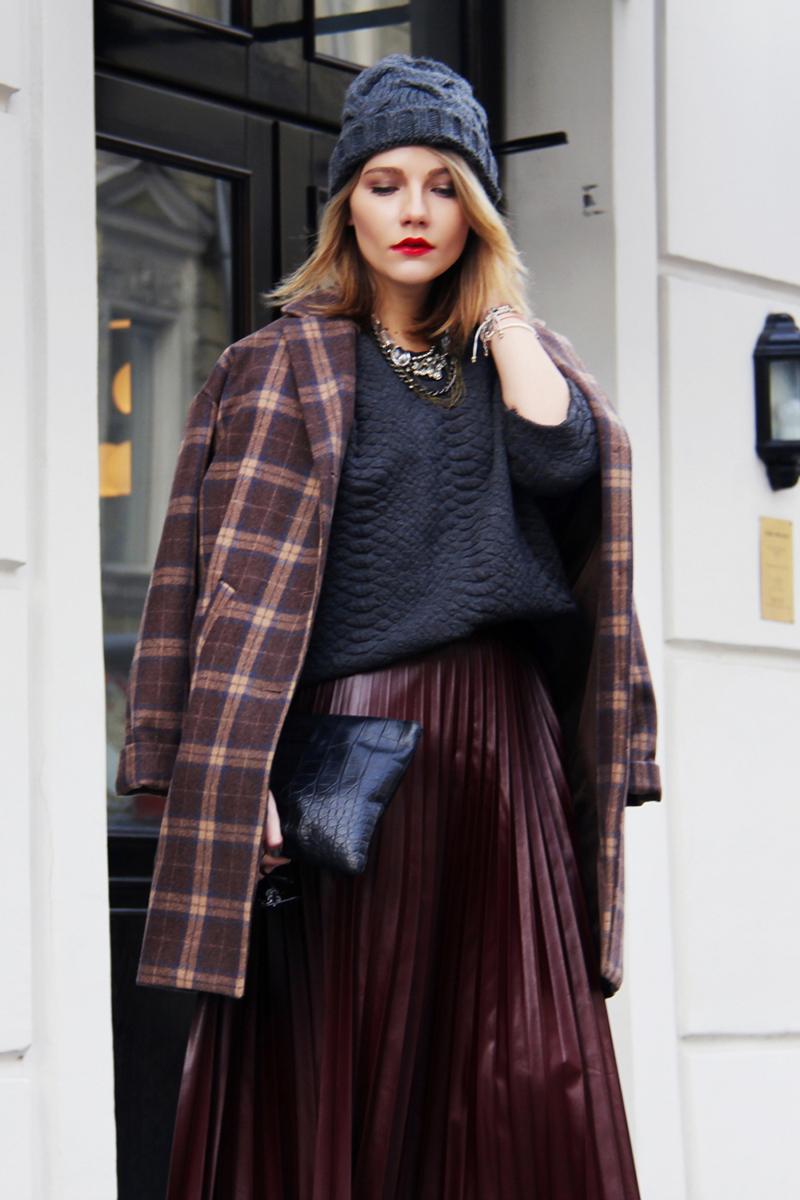 Модное пальто в клетку с длинной юбкой