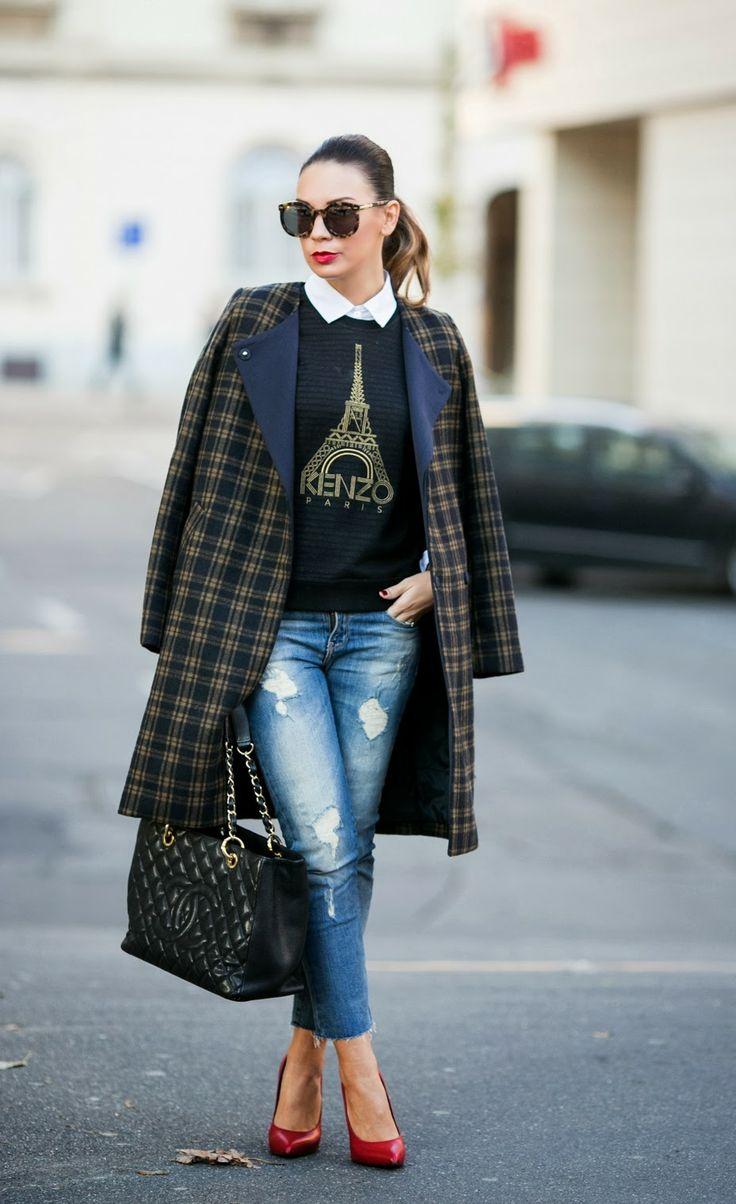 Сочетание модного пальто в клетку с укороченными джинсами и свитшотом