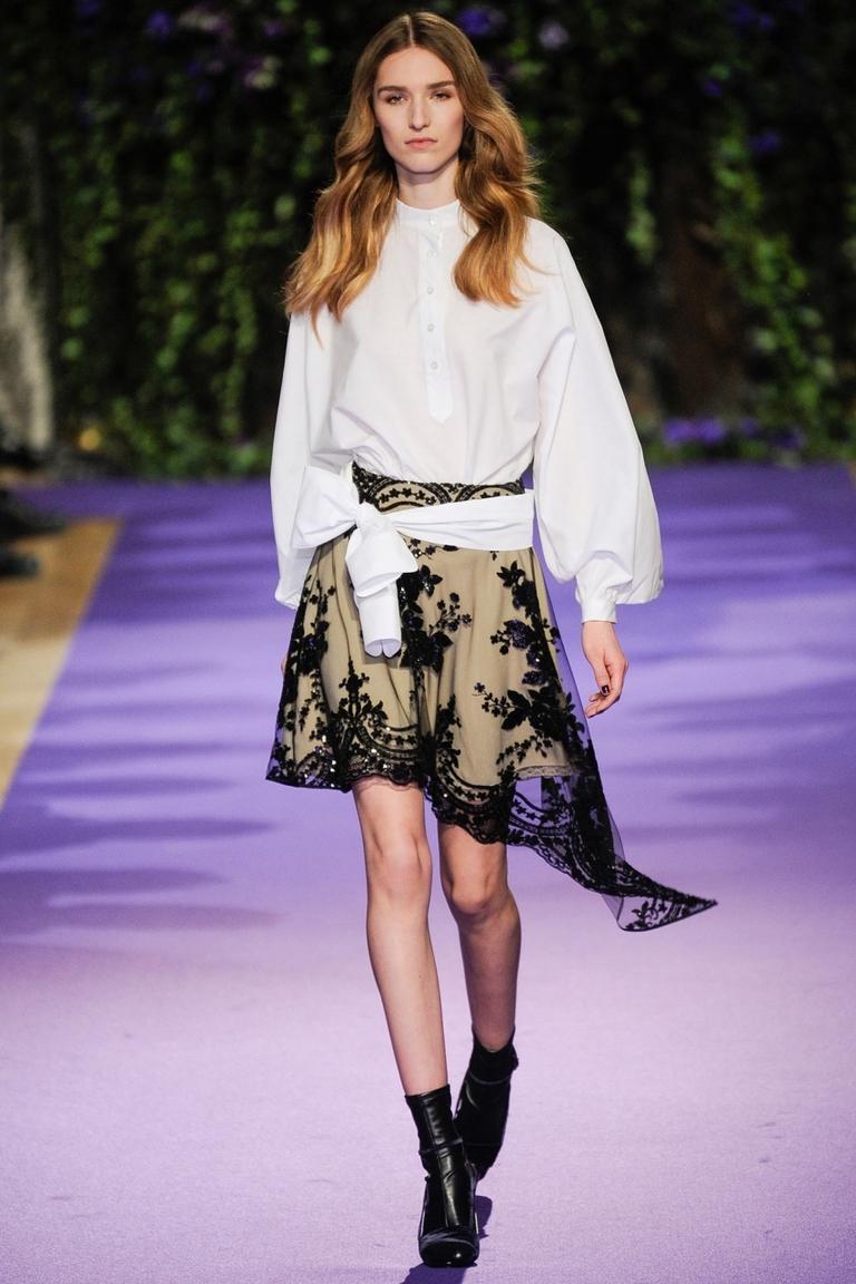 Фото модной юбки 2015 с неровным краем и белой блузкой – новинка в коллекции Alexis Mabille