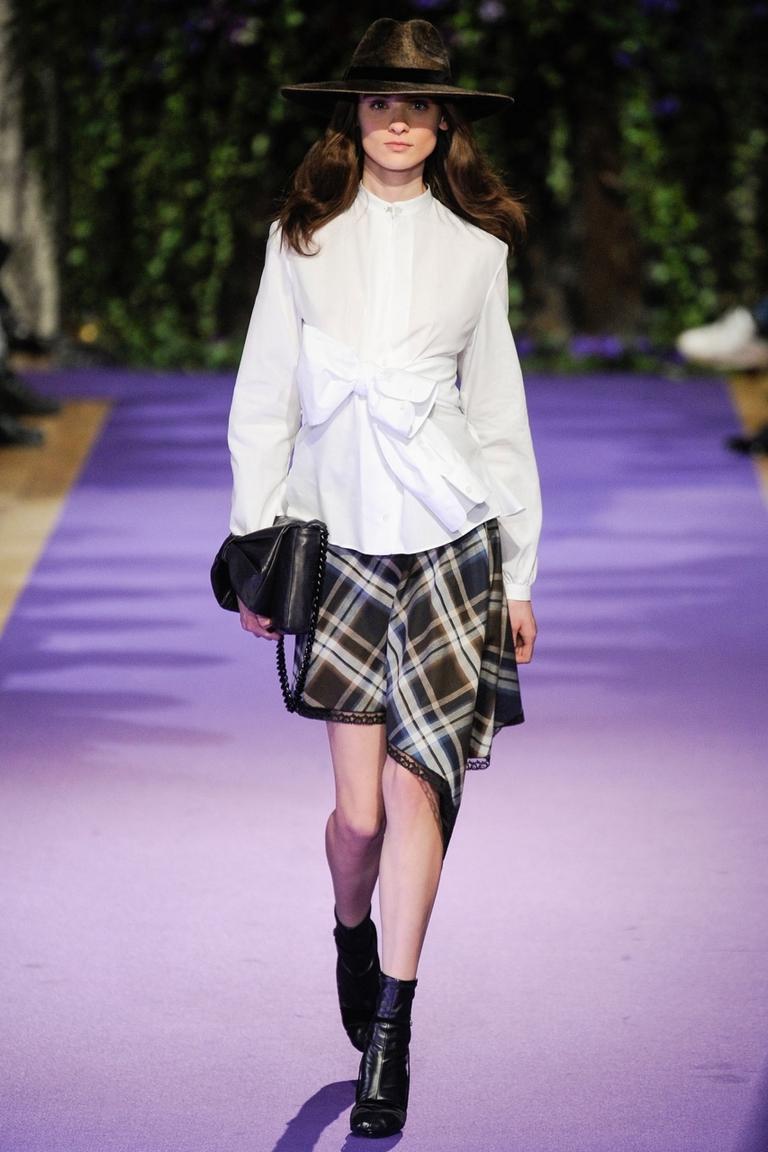 Модная юбка в клетку и белой рубашкой – фото новинка от Alexis Mabille