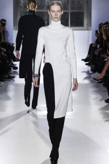 Фото модной кофты с разрезом – Balenciaga
