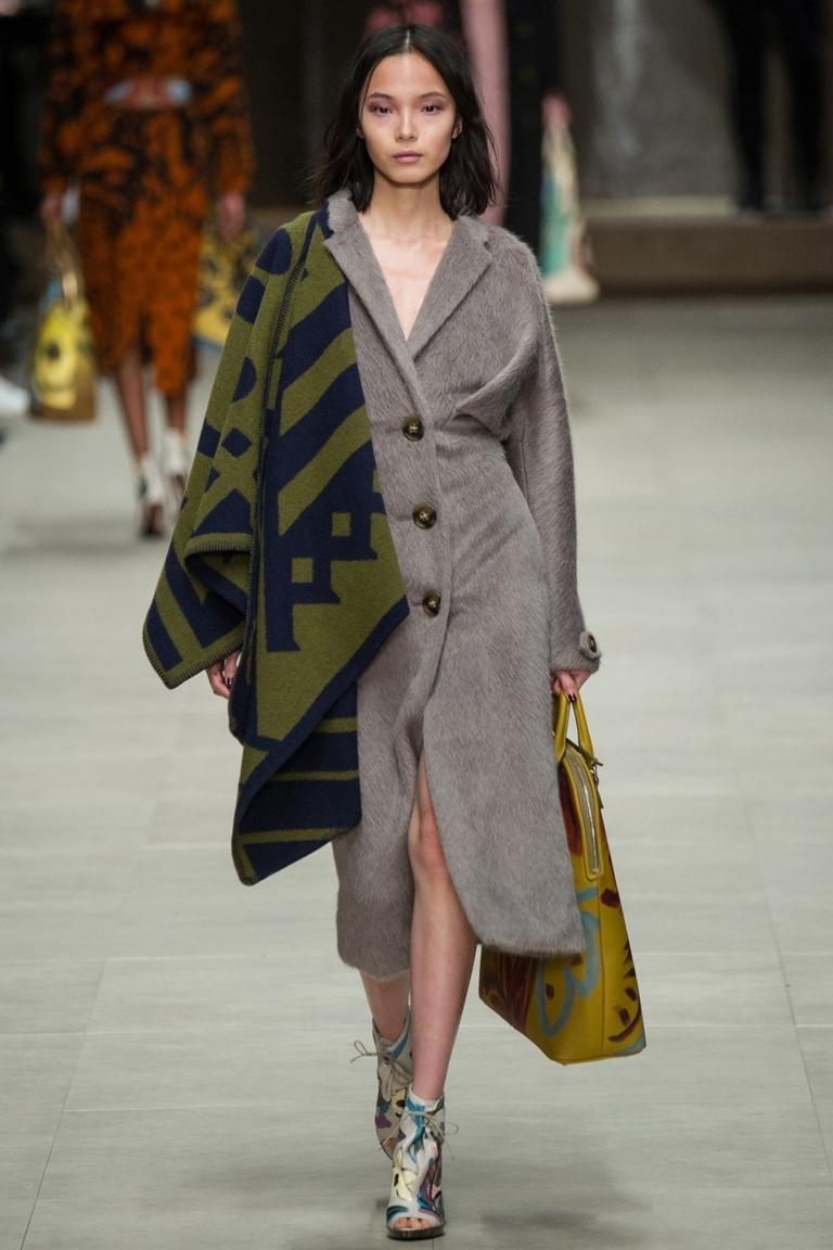 Однотонное модное пальто 2015 – Burberry. Посмотрите, какой интересный вариант, как носить шарфы и платки, показал в 2015 году модный дом Burberry.