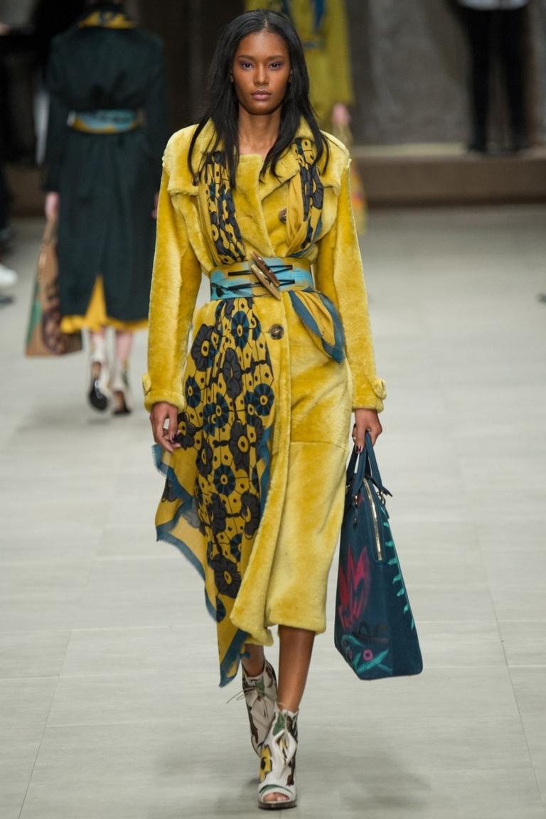 Однотонное модное пальто 2015 – фото новинка в коллекции Burberry