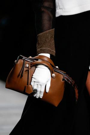 Модные сумки осень-зима 2014-2015 носят в руках, как клатчи – Fendi