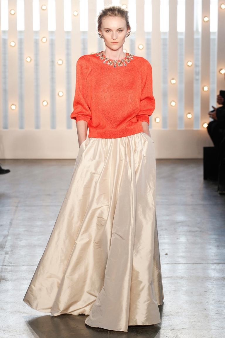 Посмотрите, как интересно сочетается длинная юбка с трикотажной кофтой. И какое оригинальное сочетание цветов. Модная длинная юбка 2015 – фото новинка в коллекции Jenny Packham.