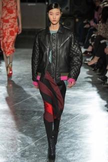 Модная кожаная куртка с простеганными рукавами и разноцветными манжетами – осень-зима 2014-2015 Jonathan Saunders