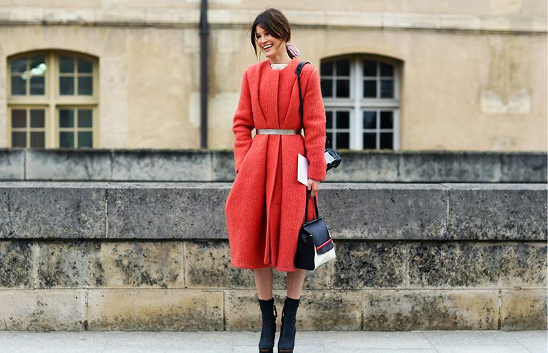 Модное красное однотонное пальто – фото новинки сезона