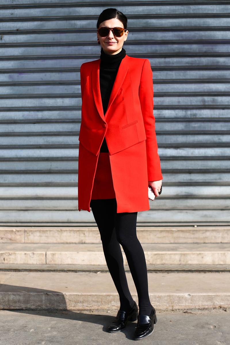 Красное однотонное женское пальто – фото новинки сезона