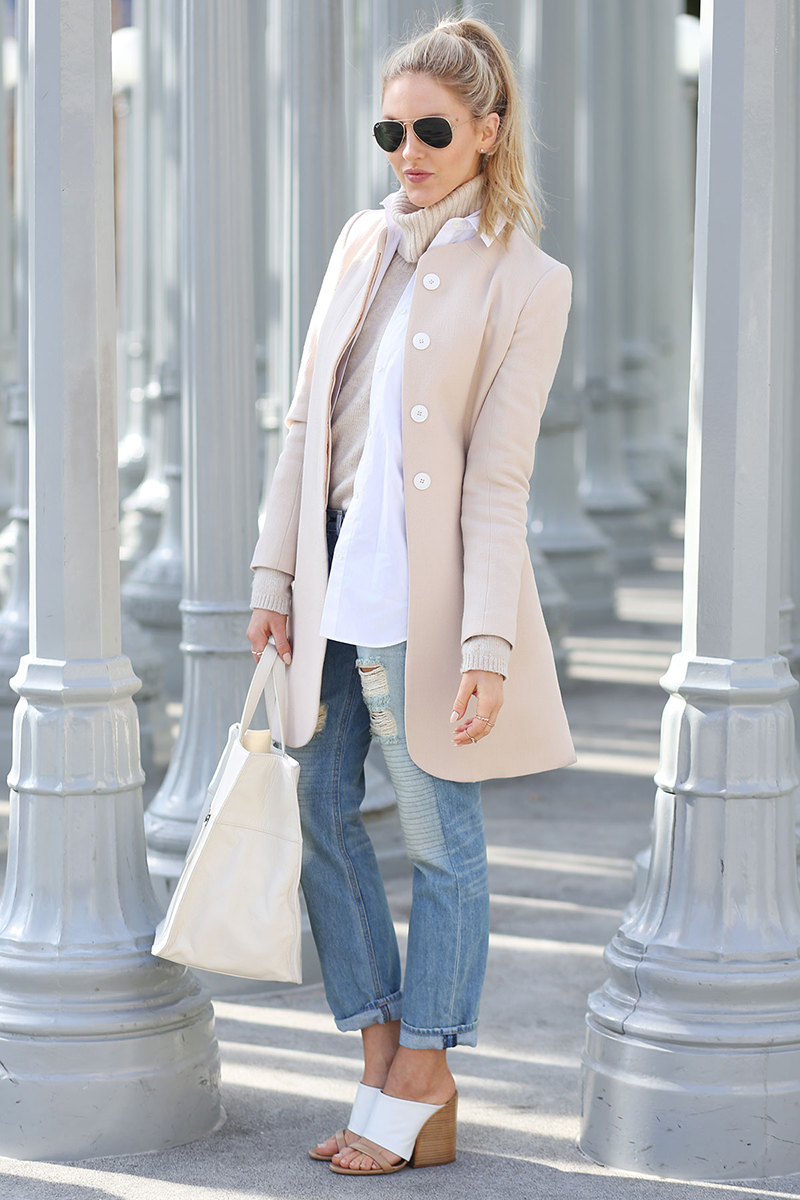 Фото модного короткого приталенного пальто