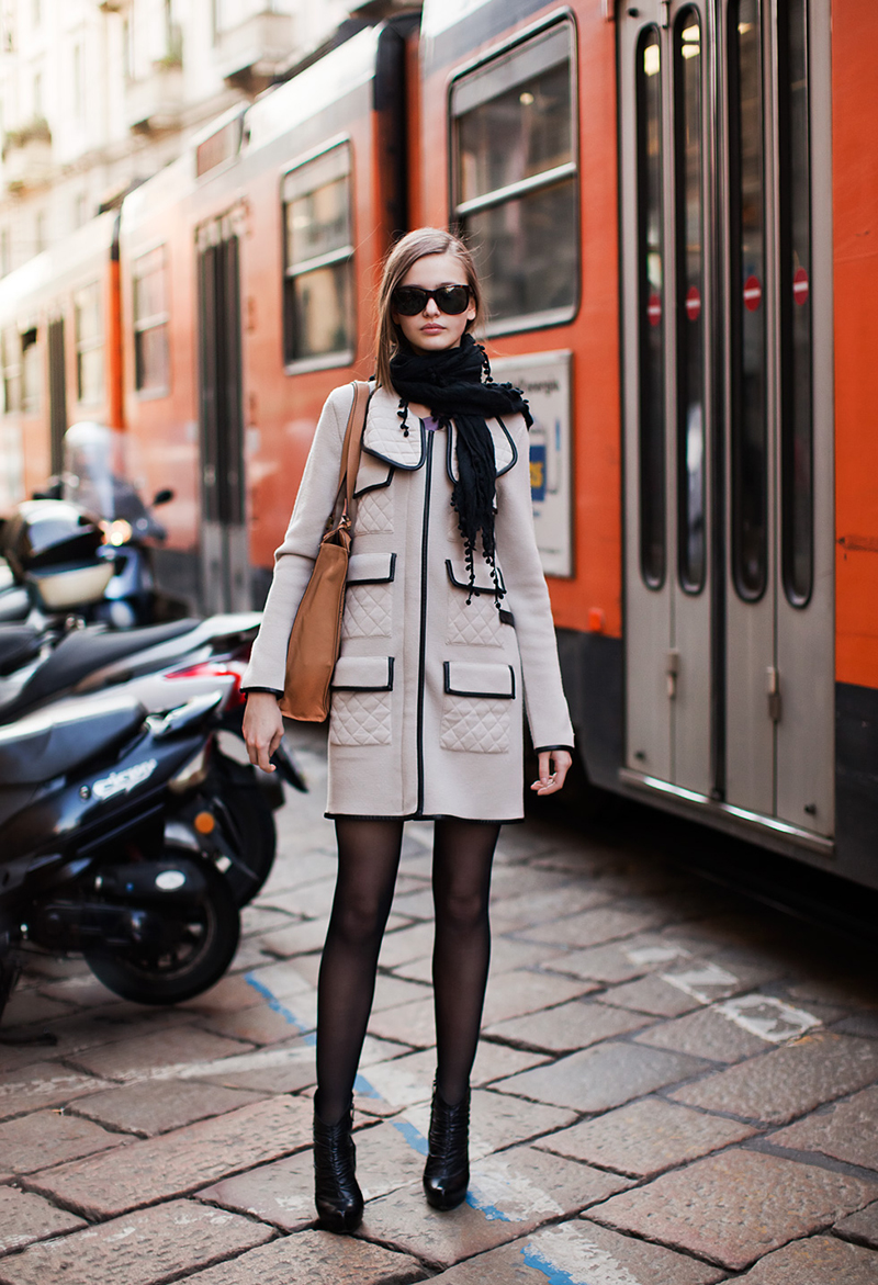 Короткое модное пальто с шарфом - фото новинки сезона