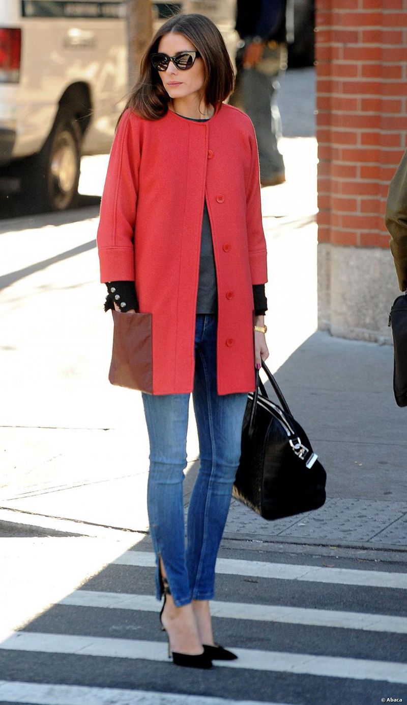 Короткое однотонное красное женское пальто – фото новинки сезона