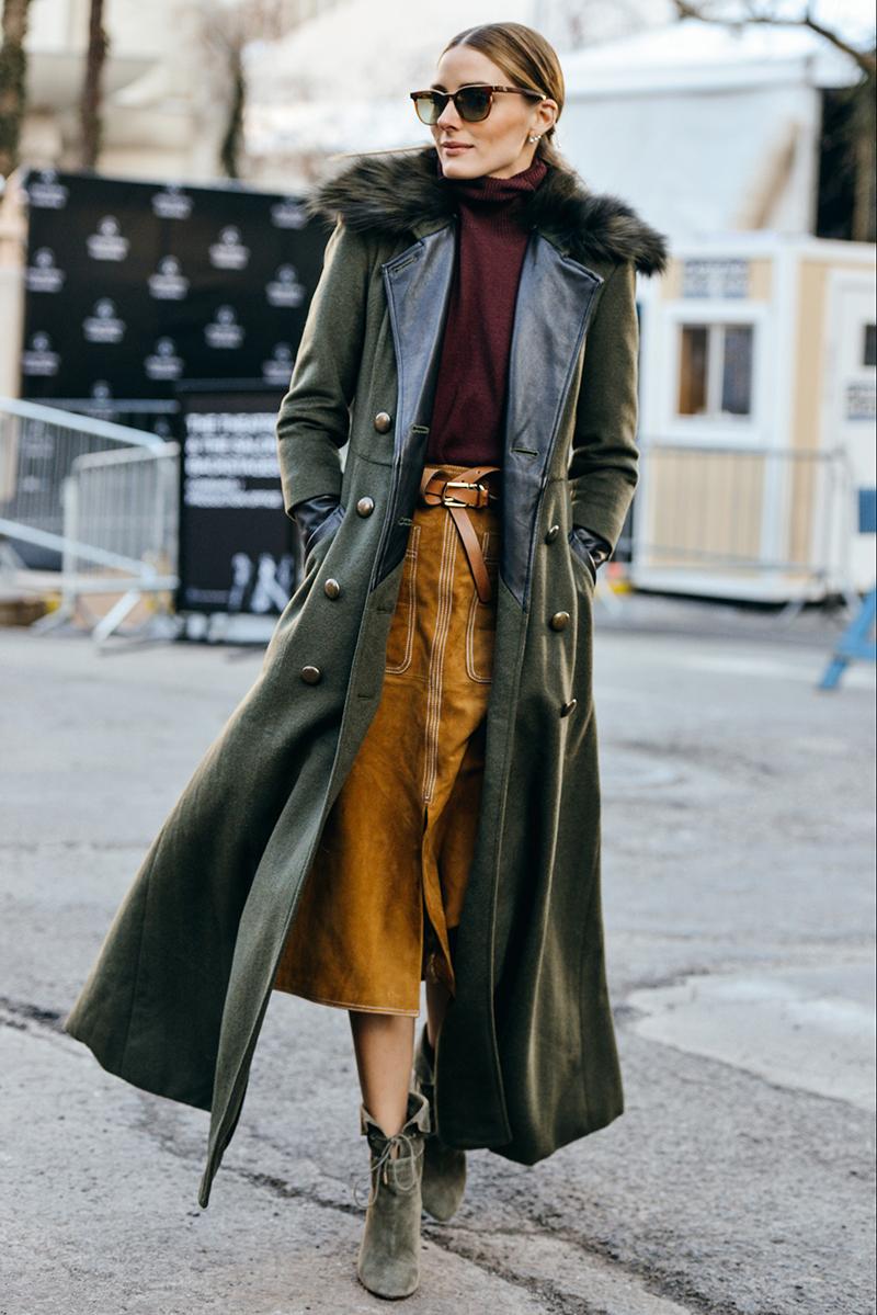 Длинное модное пальто трапеция с меховым воротником – фото новинки сезона