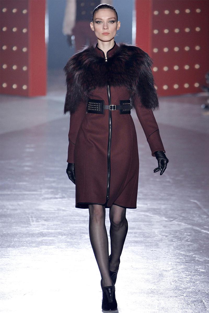 Бордовое меховое пальто – фото новинки сезона