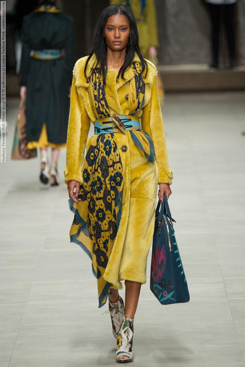 Фото модного однотонного пальто — фото новинки сезона от Burberry