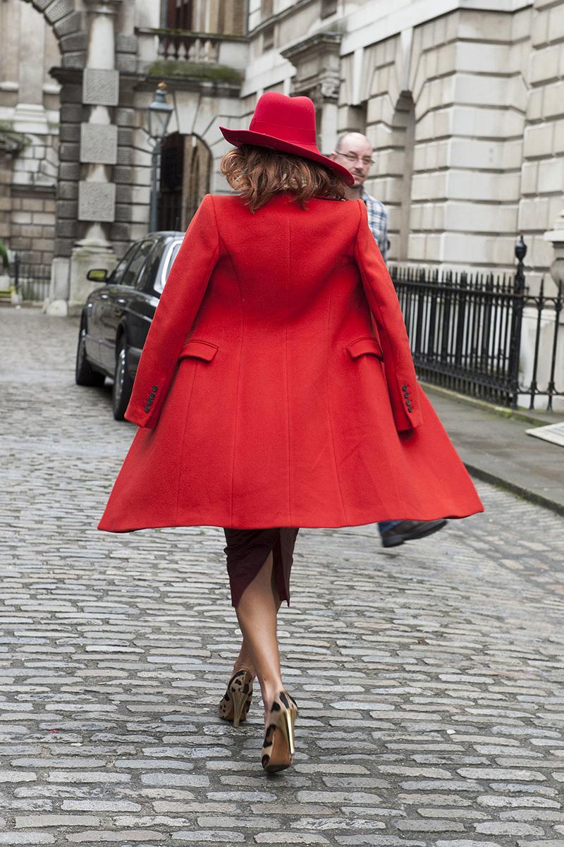 Красное приталенное женское пальто - фото новинки сезона