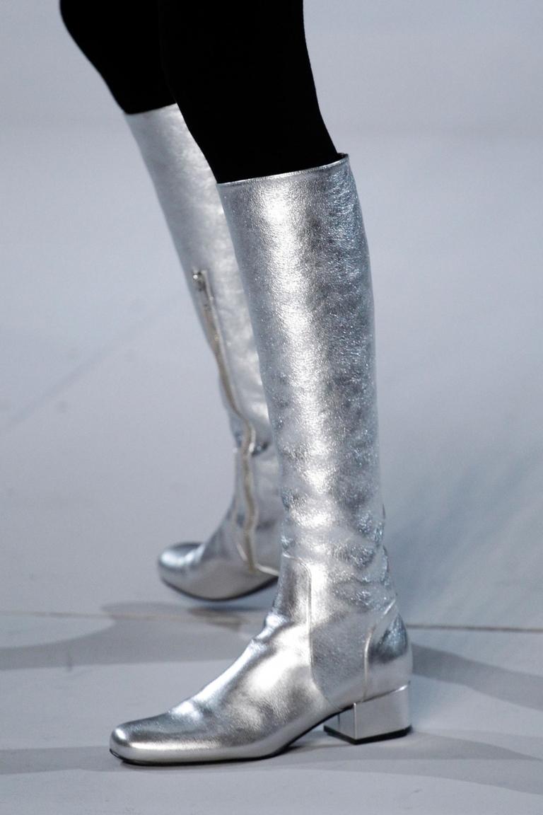 Серебристые модные сапоги 2015 – фото новинка от Saint Laurent