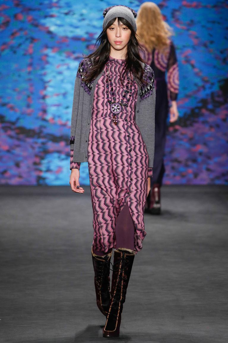 Модная вязаная шапка – фото новинка от Anna Sui