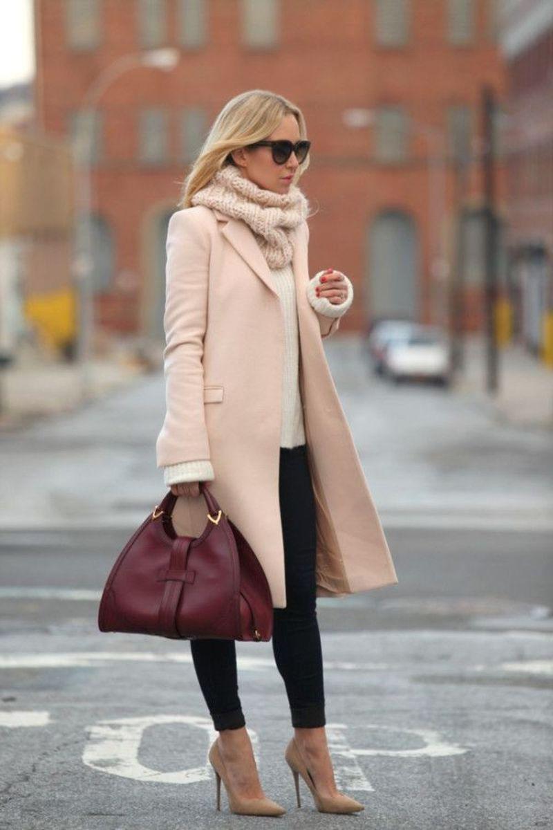 Бежевое пальто с шапкой снудом – фото новинки сезона