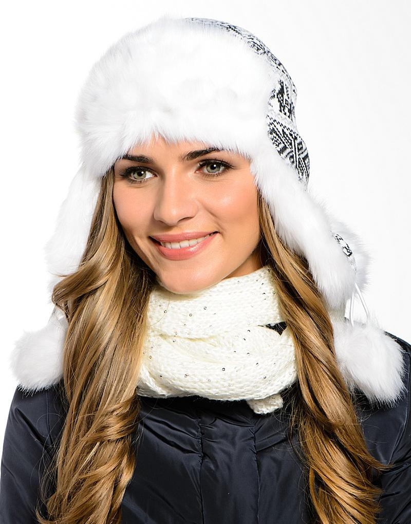 Модная белая шапка ушанка с меховой отделкой