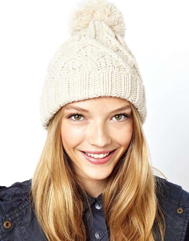 Модная женская шапка с помпоном – фото новинка сезона