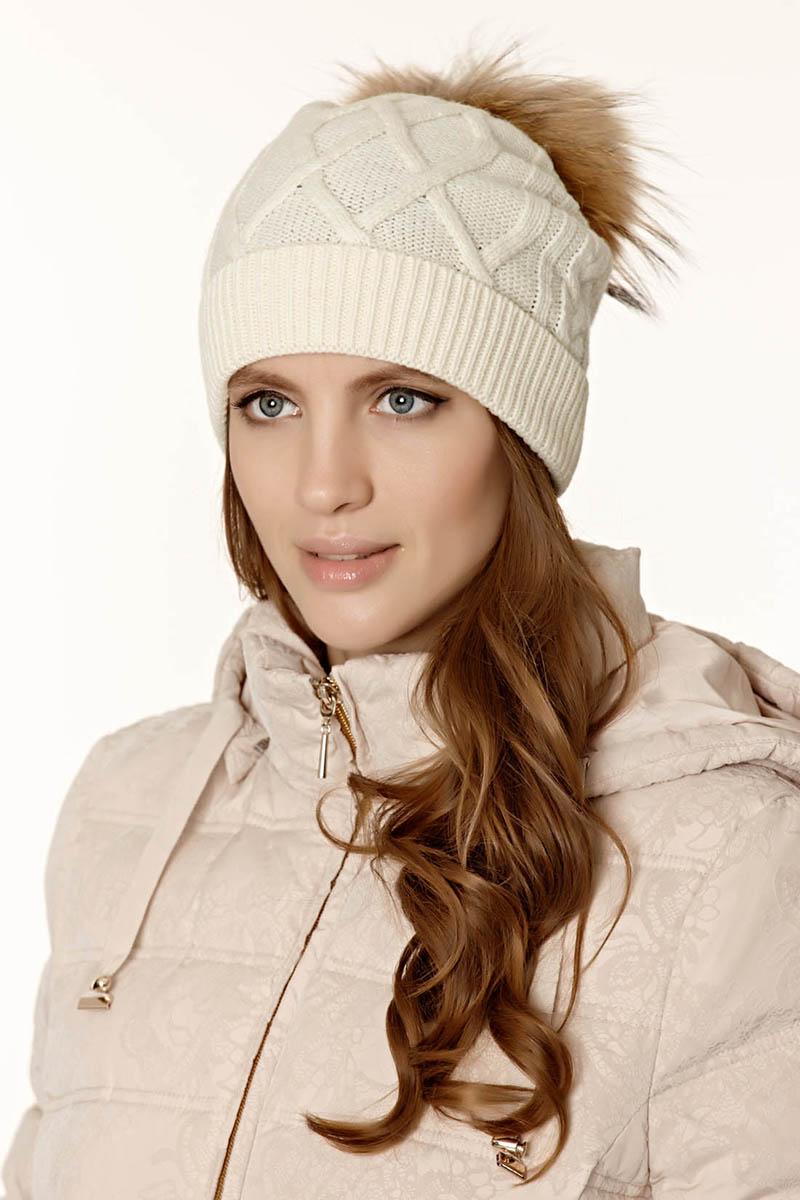 Белая шапка с помпоном – фото новинка сезона