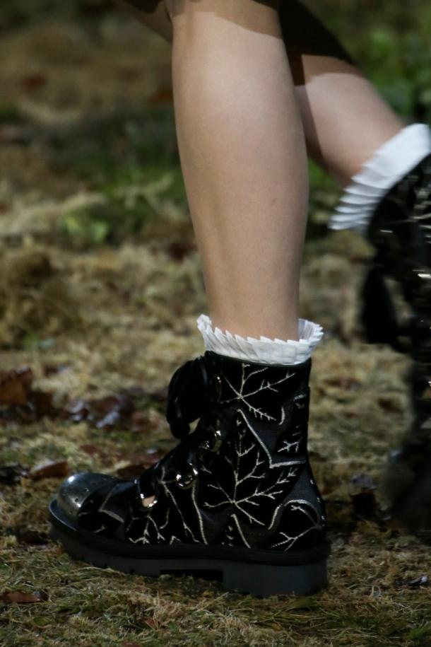 На фото: модная обувь 2015 Alexander McQueen – обувь с противоречивым характером