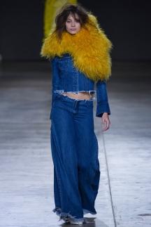 На фото: расклешенные модные джинсы 2015 – Marques Almeida