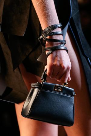 Очаровательная маленькая модная меховая сумочка весна лето 2015 от Fendi