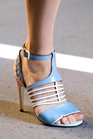 На фото: модные туфли с ремешками весна лето 2015 – Fendi