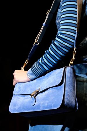 Голубая модная сумка в форме чемодана от Gucci весна-лето 2015