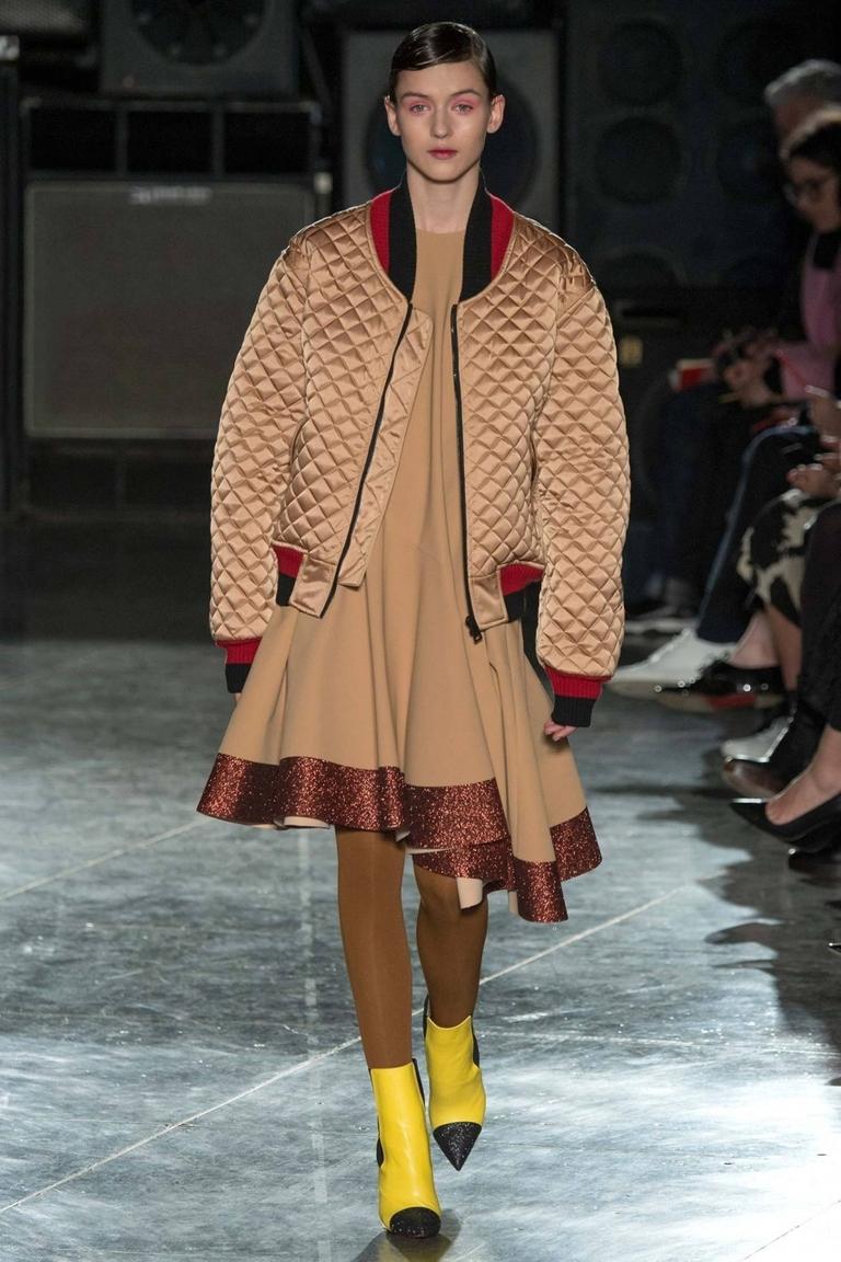 Объемная модная куртка бомбер – фото новинка в коллекции от Jonathan Saunders