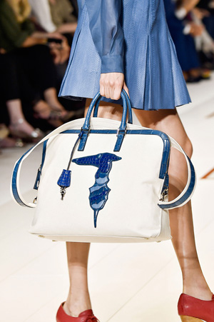 Модная сумка белая с синим рисунком от Trussardi весна лето 2015