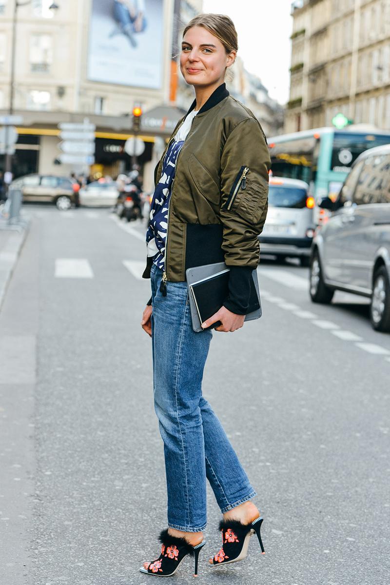 Куртка бомбер с джинсами и босоножками на каблуке